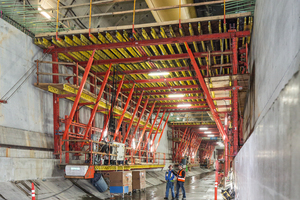 4)&nbsp;&nbsp;&nbsp;&nbsp;&nbsp; The slab is subsequently concreted by means of a total of six formwork carriages – constructed using the back-step construction method. All formwork carriages were designed with corresponding passageway openings for transporting materials in the direction of the tunnel boring machine <br />