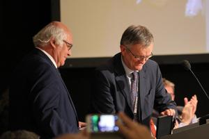 "<div class=""bildtext_en""><span class=""bildunterschrift_hervorgehoben"">15</span>Piergiorgio Grasso, vice-president of the ITACET Foundation, pays tribute to Dr. Martin Herrenknecht (on the left)</div>"