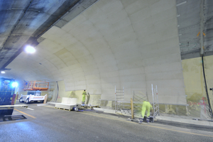 """<div class=""""bildtext"""">Die neue Brandschutzplatte Aestuver Tx wurde speziell für nachträglich montierte Tunnelbekleidungen in Neubauprojekten sowie Bestandsbauwerken entwickelt. Das Bild zeigt die Montage der Platte im Bergiseltunnel in Österreich, in dem beide Röhren mit insgesamt rund 19 000 m² Aestuver Tx Platten bekleidet wurden</div>"""