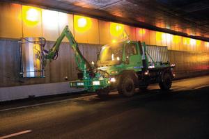 """<div class=""""bildtext"""">Die Stadtreinigungsbetriebe von Paris verfügen über neun Unimog U400, die zur Wäsche von rund 720000m² Flächen in 30 Tunneln des Boulevard Périphérique eingesetzt werden</div>"""