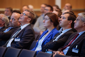 """<div class=""""bildtext_en"""">Attentive listeners at the lectures and plenty of applause</div>"""