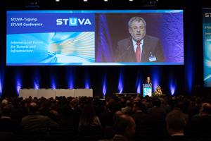 "<div class=""bildtext_en""><irspacing style=""letter-spacing: -0.01em;"">STUVA board chairman Prof. Martin Ziegler welcomes the participants</irspacing></div><div class=""bildtext_en""></div>"