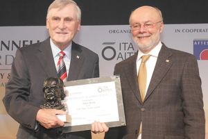 """<div class=""""bildtext_en"""">Prof. Einar Broch (on the left) from Norway is honoured for his life's work by Prof. Tarcisio Celestino</div>"""
