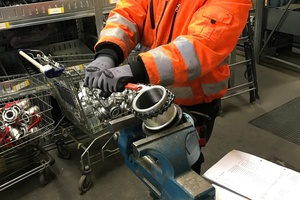 """<div class=""""bildtext_en"""">Hose assembly in the A.S.T. workshop. There are now twelve permanent employees in Bochum</div>"""