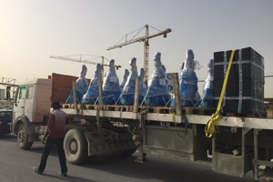 """<div class=""""bildtext_en"""">Just-in-time from Bochum to Doha: after transport by air, the last stage is by truck</div>"""