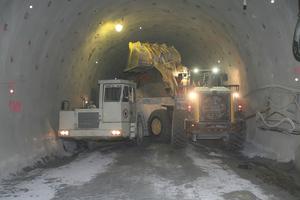 """<div class=""""bildtext"""">Einer der vier Komatsu-Radlader WA 470 für den Tunnel Gloggnitz, die an der Ortsbrust das Material verladen</div>"""