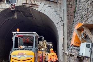 """<div class=""""bildtext""""><strong>11</strong>Ausgeweitetes Tunnelportal mit einseitiger Neumauerung des Portalkranzes</div>"""