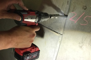 "<div class=""bildtext_en""><strong>3</strong>	Screwing in the injection drilling needle using a cordless drill and an adapter</div>"