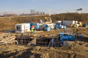 """<div class=""""bildtext_en"""">Launch shaft of the first drive of the project """"Champ captant d'alimentation en eau potable au sud de l'aglomération Strasbourgeoise"""". In the background runs the highway to be crossed under, beneath which the water pipeline passes</div>"""