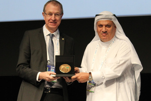 "<div class=""bildtext_en""><strong>9</strong>	Abdullah Al-Mogbel, President of the ITACET Foundation presents the ITACET Award 2018 to STUVA CEO Dr.-Ing. Roland Leucker, representing Prof. Alfred Haack</div>"