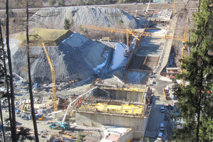 """<div class=""""bildtext_en"""">Overview of the powerhouse with its tailrace channel</div>"""