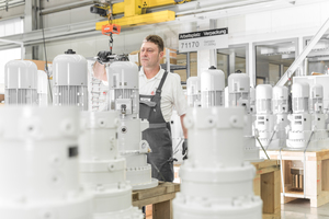 """<div class=""""bildtext"""">6Final inspection of planetary gears in the Zollern plant at Herbertingen, Germany</div>"""