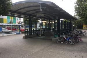 """<div class=""""bildtext_en"""">U-Bahnstation Dülferstraße München; dreiseitig umfasster und überdachter Aufgang zur Oberfläche</div>"""