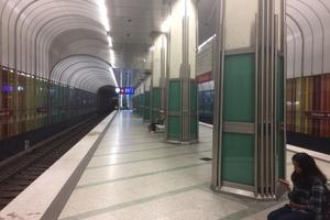 """<div class=""""bildtext"""">8Dülferstraße underground station in Munich; platform</div>"""
