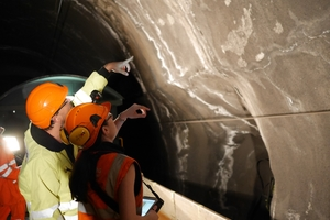 """<div class=""""bildtext_en"""">2The classic on-site inspection – time-consuming and often only possible when the tunnel is closed</div>"""