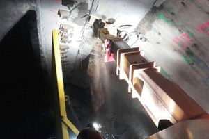 Maroggia Tunnel: The MultiRipper 220 reworking the crossbeam in the roof