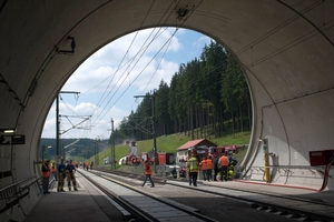 While the emergency services personnel are entering the tunnel, three fully equipped rescue areas are formed at the two portals and the emergency exit in order to accept injured people