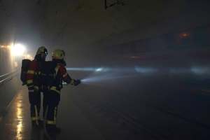 "<div class=""bildunterschrift_en"">Dense smoke and poor visibility: extinguishing the burning train in the tunnel</div>"