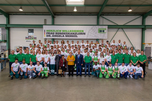 In the training workshop over 100 of the approximately 200 apprentices at Herrenknecht AG welcomed the German Chancellor <br />