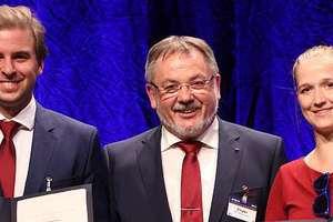 Prof. Dr.-Ing. Martin Ziegler (center), the Chairman of the STUVA Board of Directors, congratulates the young engineers: Ivan Popovic won the STUVA Young Talent Award and Alena Conrads received the new InnoTrans Career Award <br />