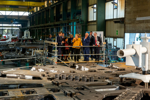 During a tour of the plant premises the Chancellor gained further insights: Project Manager Fabian Andlauer explains the production of the cutting wheel for a tunnel boring machine for a railway project in Łód´z (Poland)
