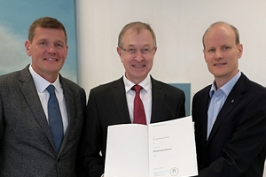 Prof. Dr.-Ing. Peter Mark, Vice Dean of the Faculty of Civil and Environmental Engineering at the RUB, hands over the certificate of appointment to the newly appointed Professor Dr.-Ing. Roland Leucker (left in picture: Prof. Markus Thewes, Chair of Tunnel Construction, Pipeline Construction and Construction Operations)  <br />