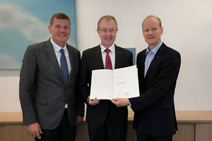 Prof. Dr.-Ing. Peter Mark, Vice Dean of the Faculty of Civil and Environmental Engineering at the RUB, hands over the certificate of appointment to the newly appointed Professor Dr.-Ing. Roland Leucker (left in picture: Prof. Markus Thewes, Chair of Tunnel Construction, Pipeline Construction and Construction Operations)