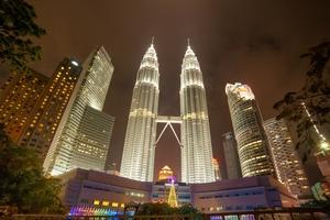 Die Petronas Towers liegen in unmittelbarer Nähe zum Kuala Lumpur Convention Centre, dem Veranstaltungsort des WTC 2020
