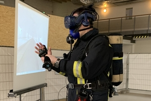 Firefighters can move freely in the virtual reality of the fire scene and, for example, open doors or use emergency equipment