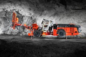 Mit dem Sandvik-Ankerbohrgerät DS512i für 5 x 5 Meter-Streckenvortriebe lassen sich Gebirgssicherungsarbeiten jeder Art durchführen