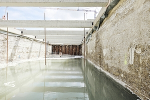 Transverse bulkheads divide the working areas so that they can be gradually opened for the tunnel lining. The approximately 90–100 m long excavation pit sections fill with groundwater. Therefore, dredging is carried out under water with the assistance of two divers and GPS