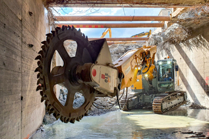 Cutting wheel type DMW 220 from Kemroc with two lateral, high-torque hydraulic motors on a tunnel excavator from Fischer Weilheim GmbH. The company has been using this combination since June 2020 for the partial demolition of a Stuttgart city railway tunnel. In this innovative, efficient tunnel demolition method, the concrete walls are cut into individual segments with the cutting wheel, then torn down and processed (see article on page 50).