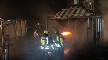 """<span class=""""bildunterschrift_hervorgehoben"""">1</span>   Extinguishing agent tests in the SUVEREN calorimeter for battery fire tests"""