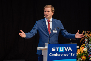 """<irspacing style=""""letter-spacing: -0.03em;"""">Ivan Popovic, M. Sc. during his competent presentation on new separation methods for used bentonite suspensions at the STUVA Conference 2019, for which he was awarded the STUVA Young Talent Award</irspacing>"""