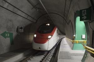 Beleuchtung, Fluchtwege und Lüftung gehören zu den Sicherheitsinfrastrukturen im Ceneri-Basistunnel, die Strom benötigen. Im Dezember 2020 wurde der NEAT-Tunnel fahrplanmäßig in Betrieb genommen