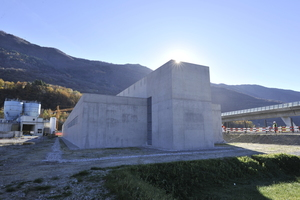 Die dynamischen USV-Anlagen sind in je einem Bahntechnikgebäude am Süd- und Nordportal des Tunnels untergebracht. Das Bild zeigt das Gebäude am Nordportal in Vigana <br />