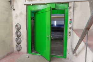 The pressure-neutral swing-sliding door is optimally suited between tunnel sections with different air pressure levels