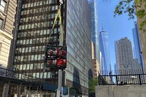 Die Verbesserung des Brandschutzes in Tunneln durch anlagentechnische Maßnahmen wird international immer häufiger durchgeführt. Das Bild zeigt die Anlieferung von Pumpen einer Wassernebel-Brandbekämpfungsanlage für den Hugh-Carey-Tunnel in New York