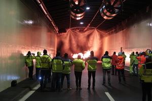 Aktivierung einer Wassernebel-Brandbekämpfungsanlage bei einem Abnahme-Brandversuch im Tunnel Wald (Österreich)
