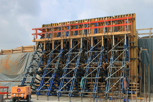 """<div class=""""bildtext_en"""">The up to 9m high single-faced trough walls at the Hahnenkamp Tunnel consist of rentable system components from FF20 beam formwork and Doka supporting frames.</div>"""