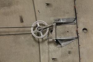 """<div class=""""bildtext"""">Detail der zur Verankerung der Radspanner eingebauten Highbond-Anker FHB II M 20 A4</div>"""
