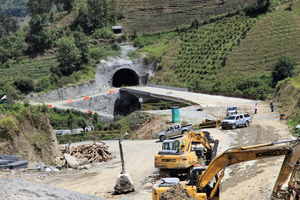 """<div class=""""bildtext_en"""">Construction of the viaduct in the front of Quindío</div>"""