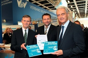 Presentation of new title of the Blue Series to the Federal Minister of Transport (right to left): Federal Minister of Transport, Dr. Peter Ramsauer, VDV VicePresident Prof. Knut Ringat, VDV President Jürgen Fenske