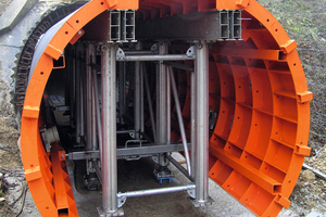 "<div class=""bildtext_en"">After the formwork has been assembled in front of the tunnel it is moved into it. Load rollers are fastened under the GASS shoring system, which turns it into a formwork carriage. </div>"
