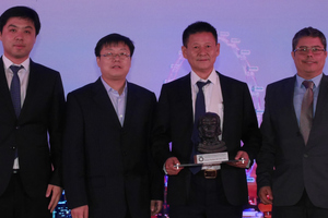 4)&nbsp;&nbsp;&nbsp;&nbsp; Xiao Longge (2<sup>nd</sup> from the right) together with further project partners receives the ITA Award for projects costing up to 50 million euros from Alexandre Gomes (on the right) for the Chongqing Hongqihegou Metro Station  <br />