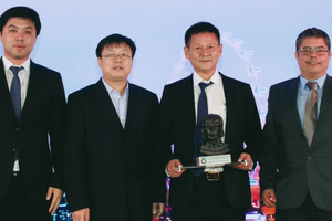 "<div class=""bildtext_en"">	Xiao Longge (2<sup>nd</sup> from the right) together with further project partners receives the ITA Award for projects costing up to 50 million euros from Alexandre Gomes (on the right) for the Chongqing Hongqihegou Metro Station </div>"