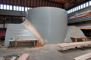 "<div class=""bildunterschrift_en"">The top formwork for the transverse smoke-extraction gallery. The 6.70 m diameter shaft ring is mounted directly on this formwork. Also easily visible is the rounded transition from the vault to the shaft ring. The support structure was first constructed using ribbing, and was then lined with wooden shuttering, smoothed and painted. </div>"