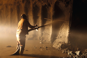 """<div class=""""bildtext_en"""">Operation of shotcrete in less stable rock sections</div>"""