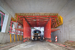 """<div class=""""bildtext_en"""">The formwork concept consisted of a 13.5 m long slab formwork carriage with a 3 m width – the 4.5 m high drive-through height provided easy access for <br />construction site vehicles as well as transit traffic</div>"""