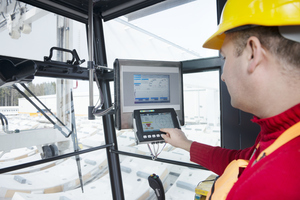 "<div class=""bildtext_en"">Crane operator working with the navigation display for</div>"